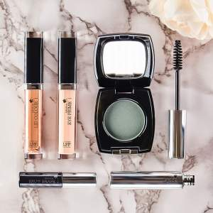 Look Fabulous Forever makeup for mature beauty #lookfabulousforever https://www.style-yourself-confident.com/look-fabulous-forever.html